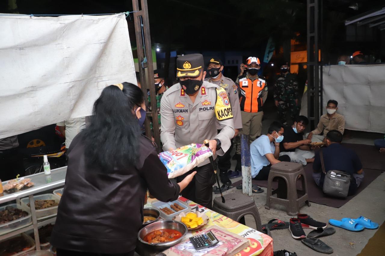 Terdampak PPKM Darurat, Kapolres Kediri Bagikan Ratusan Paket Sembako