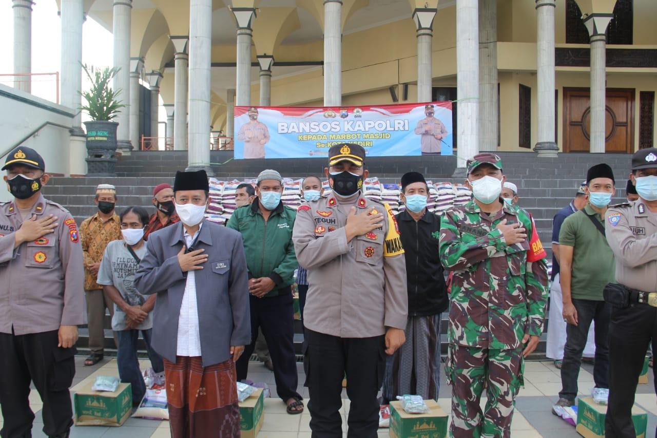 Paket Sembako Vitamin dan Pembersih Lantai, Marbot Masjid di Kediri
