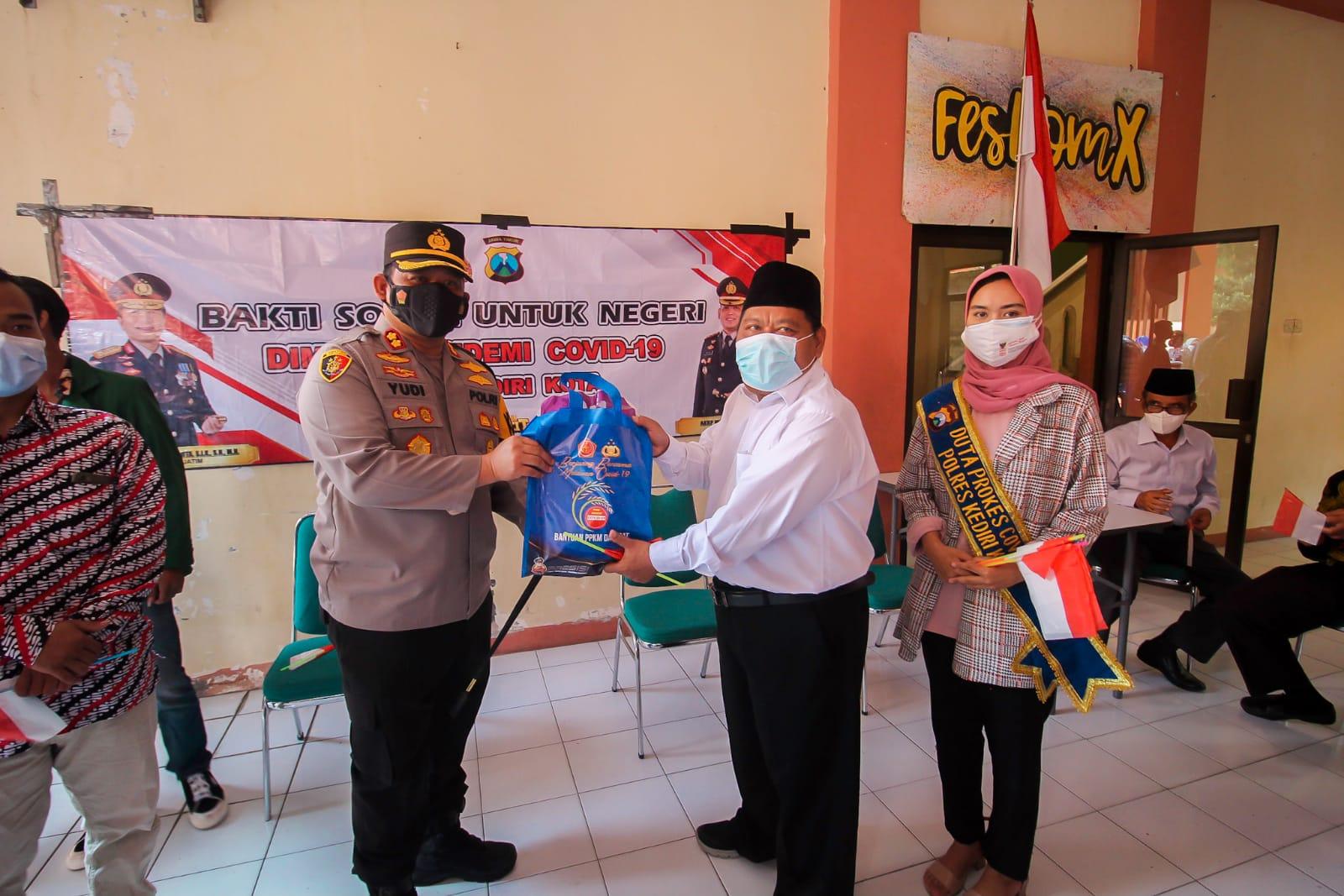 Peduli Mahasiswa Rantau Kapolres Kediri Kota Bagikan 219 PaketSembako
