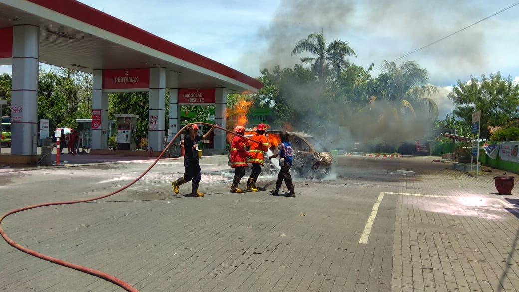 Usai Isi BBM, Mobil Espass Terbakar Di SPBU Loceret