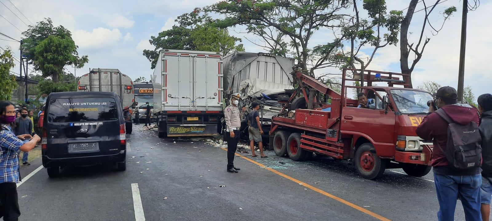 Diduga Mengantuk, Dua Truck Box Hino Adu Hantam Di Jalur Tengkorak
