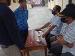 Ket foto: Keluarga korban didampingi kepala desa sedang diskusi di Mapolsek Wlingi.