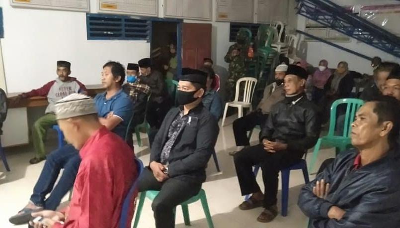 Ket. Foto : para perwakilan tokoh masyarakat Desa Tulungrejo mendukung proses pemberhentian Sekdesnya. (Van)