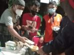 Puluhan pengungsi tanah longsor di Nganjuk, tadi malam keracunan makan. Diduga, mereka memakan makanan hasil bantuan sosial, yang disalurkan melalui posko tanah longsor di Desa Ngetos Nganjuk.